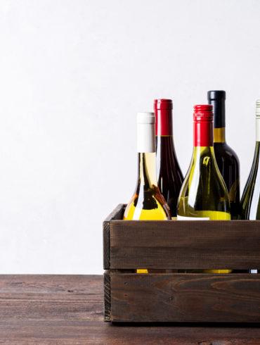 Weinkiste mit Weinen auf Tisch   Silkes Weinkeller