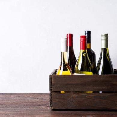 Weinkiste mit Weinen auf Tisch | Silkes Weinkeller