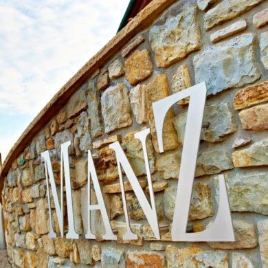Eric Manz produziert mit Unterstützung seiner Familie erstklassige deutsche Weine, mit denen er schon eine Vielzahl an Preisen gewonnen hat.