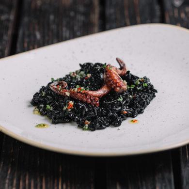 Schwarzes Risotto mit Tintenfisch ist ein extravaganter Klassiker der Küche Venetiens. Wir zeigen Ihnen, wie Sie Ihre Gäste erstaunen und geben Weinempfehlungen.