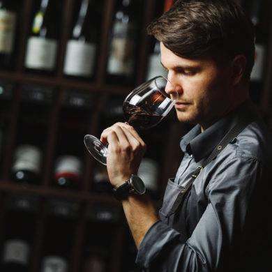 Wein verkosten wie die Profis. Egal, ob Aussehen, Textur, Geschmack oder Geruch – wir erklären, welche Punkte und Schritte Sie beachten sollten.