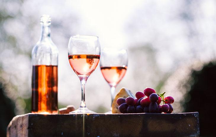 Roséwein mit Trauben