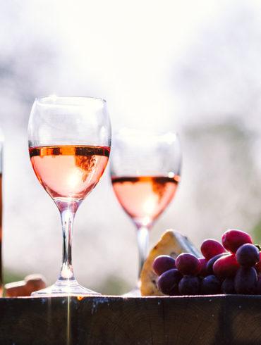 Oftmals fälschlich verkannt als unscheinbares Bindeglied zwischen Rot- und Weißwein weiß der Roséwein auf der ganzen Welt seine Liebhaber zu überzeugen.