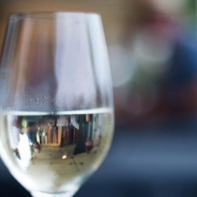 Der Familienbetrieb überzeugt sowohl mit seinen Weiß- als auch mit seinen Rotweinen und wurde 2017 zum Österreichischen Weingut des Jahres ernannt.