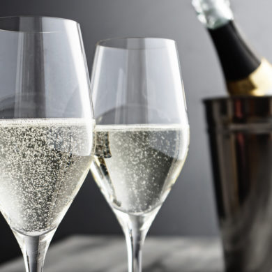 Alle drei perlen, prickeln und schmecken köstlich. Doch worin unterscheiden sich eigentlich die drei Schaumweine Champagner, Sekt und Crémant?