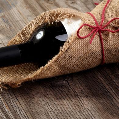 Eine Flasche Wein ist ein Präsent, das fast immer passt. Lesen Sie hier, was es bei der Auswahl zu beachten gibt, um beim Beschenkten für Freude sorgen.