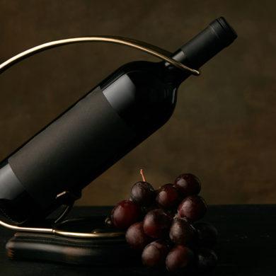 Wie schenkt man Wein richtig ein? Wo darf man das Weinglas halten? Wer bekommt zuerst eingeschenkt? Die kleine Wein-Etikette von Silkes Weinblatt klärt auf.