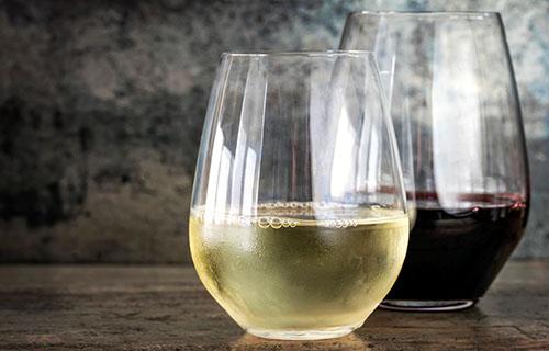 Weiss- und Rotwein im Glas