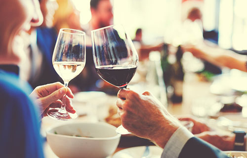 Rotwein und Weisswein zum Essen