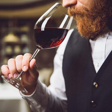 Weinfehler treten oft beim Geruch oder beim Geschmack eines Weins zutage. Wir erläutern Ihnen die diversen Fehler – von Böckser über Mäuseln bis Zähwerden.