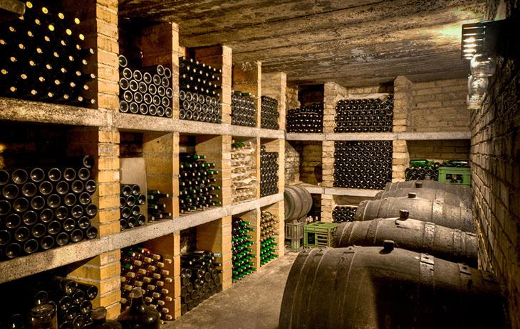 Weinkeller mit unterschiedlichen Weinen
