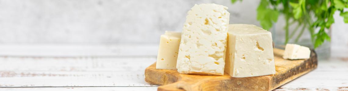 Feta Käse auf einem Brett