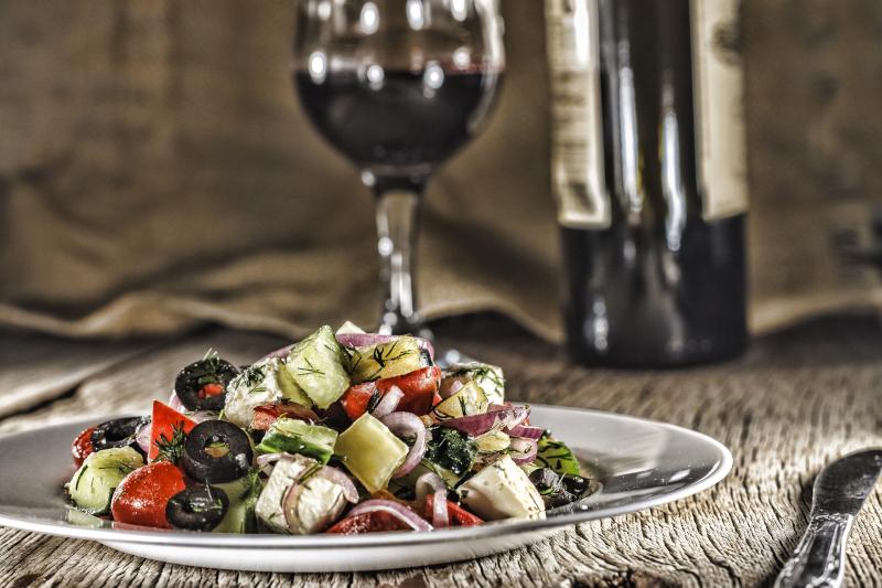 Rotwein und Salat mit Feta Käse