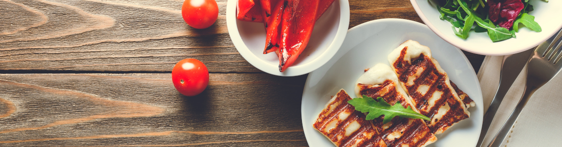gegrillter Halloumi mit Cherry Tomaten und Salat