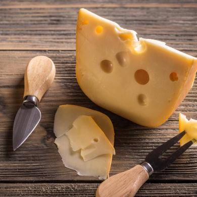 Zum goldgelben Käse, der zu vielen Gelegenheiten schmeckt und sich auch gerne von einem guten Wein begleiten lässt, gibt es mehr zu wissen, als manch einer denken mag.