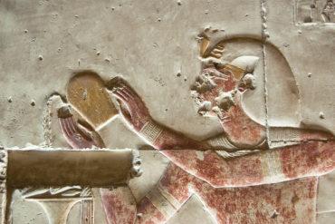 Vor etwa 8.000 Jahren begann die Geschichte des Weins. Vom alten Ägypten über das antike Griechenland bis hin zur Römerzeit – begeben Sie sich auf die Reise.