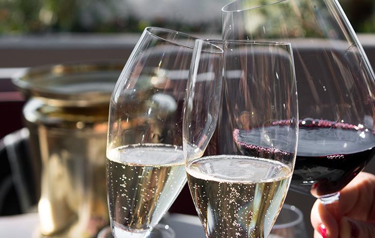 Alkoholfreier Sekt und Wein sind gute Alternativen für alle, die ihren Alkoholkonsum reduzieren möchten.