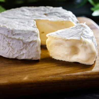 "Das Original ist der ""Camembert de Normandie AOP"". ""Camembert"" hingegen kann aus aller Welt stammen. Zum Wein schmecken beide. Aber zu welchem?"