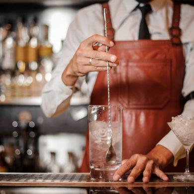 Unterschiedliche Gewürze und Zusätze erzeugen Charaktereigenschaften, die einen Gin einzigartig machen. Die Herstellung läuft aber immer nach dem gleichen Schema ab.