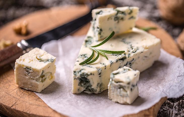 Aus Schafsmilch gewonnen und einer bestimmten Region entstammend, steht Roquefort in vielerlei Hinsicht für das Besondere. Erfahren Sie hier mehr über diesen besonderen Käse | Silkes Weinblatt