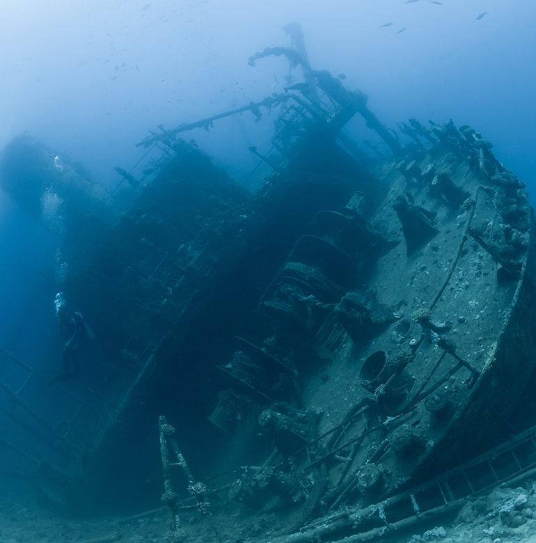 Schiffswrack und Taucher zeigen die Tiefe des Meeres. Das Bild ist klickbar und navigiert zum Artikel.
