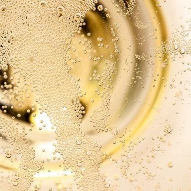 """Immer mehr Menschen greifen auf die alkoholfreie Variante des Sekts zurück. Wieso das """"schäumendes Getränk aus alkoholfreiem Wein"""" im Trend liegt und viele begeistert."""