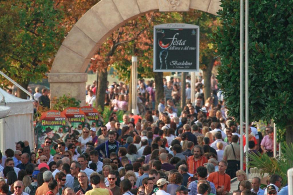 "Menschenmenge auf dem ""Festa dell'Uva e del Vino"" in Bardolino | Silkes Weinkeller"