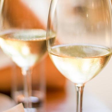 Die Wahrnehmung eines Menschen ist stets subjektiv geprägt. Eine Blindverkostung stellt eine Möglichkeit dar, Wein so objektiv wie möglich beurteilen zu können.