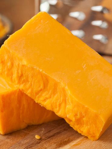 Von der Felsschlucht in England bis hin zu einem gemütlichen Abend mit einem Gläschen Wein. Erfahren Sie mehr über den Käse mit der königlichen Note.