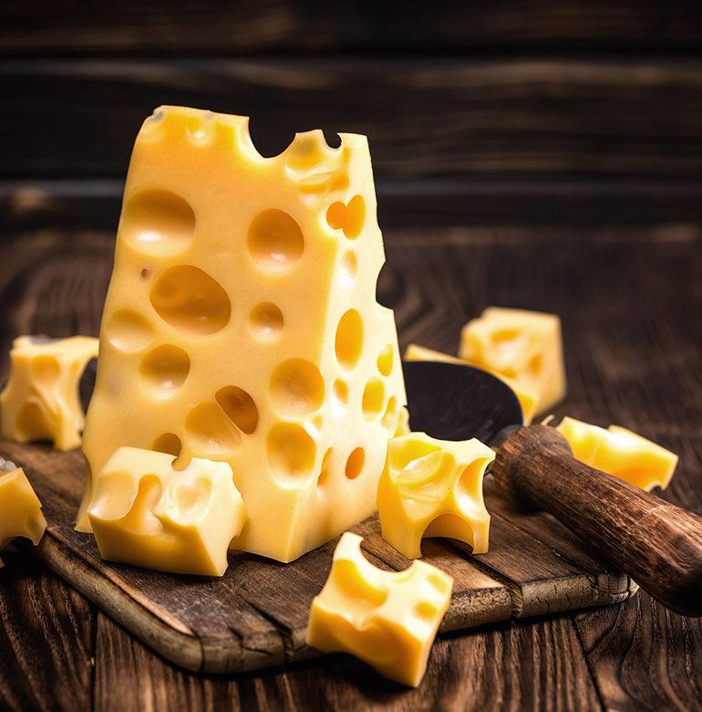 Die Heimat dieser Käsesorte ist die Schweiz. Wie Emmentaler schmeckt, was bei der Herstellung geschieht und welcher Wein zu den würzigen Scheiben und Stücken passt.