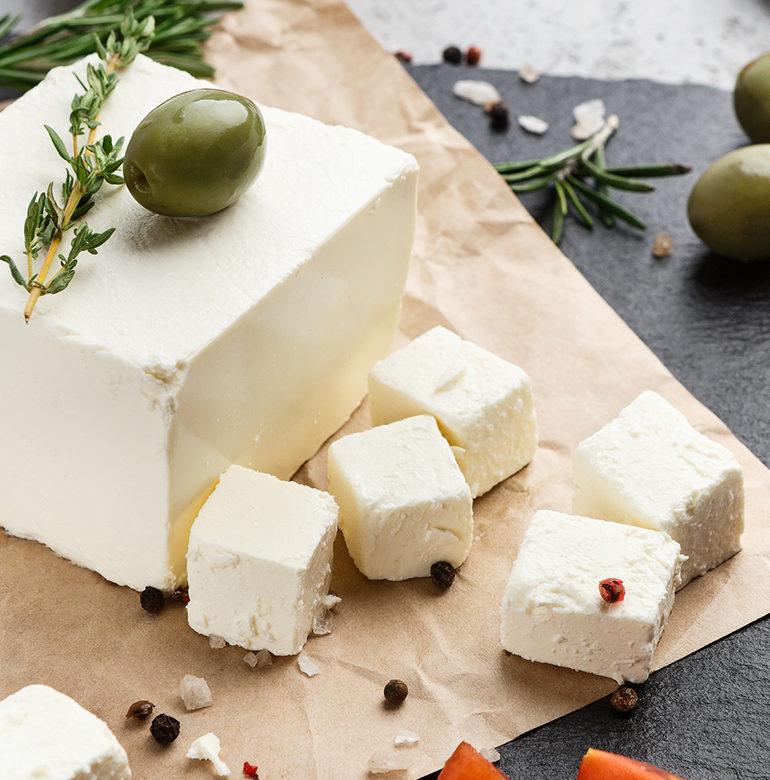 Der Käse mit der salzig-würzigen Note ist seit Jahrhunderten eine feste Größe in der Genusswelt. Einen passenden Wein zu ihm finden, ist nicht allzu schwer.