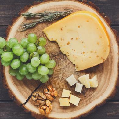 Der Gouda findet sich auf den meisten Käseplatten und passt auch einfach aufs Brot. Was hinter dem Schnittkäse steckt und welcher Wein an seiner Seite schmeckt.