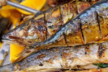 Dieses leckere Fischgericht, das mit dem Hokkaido-Kürbis sogar einen Star der grauen Jahreszeit zu bieten hat, schmeckt mit dem richtigen Wein gleich nochmal so gut.