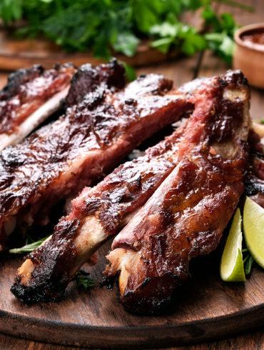 Zartes Fleisch verlangt geduldiges Warten. Stehen die Ribs dann mit einem passenden Wein auf dem Tisch, sind Ungeduld und Magenknurren aber schnell vergessen.