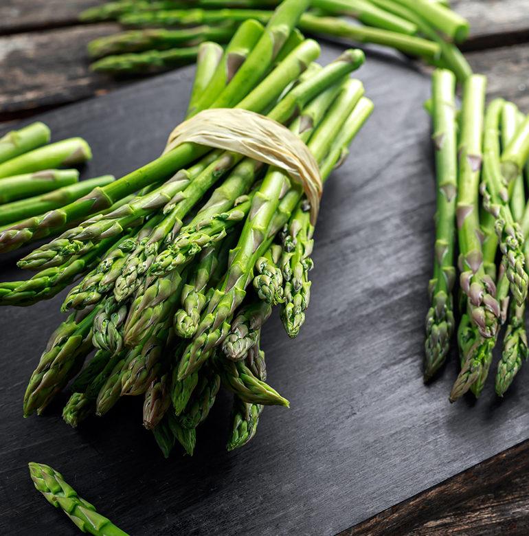 Einfacher zu handhaben als weißer Spargel? Im Ofen zubereitet ist grüner Spargel ein Highlight, das mit einem guten Glas Wein besonders lecker schmeckt.