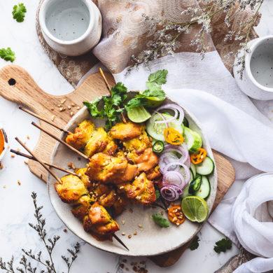 Asiatisch vom Grill! Mit krossem Hähnchen-Satay, Erdnusssauce und leckeren Mie-Nudeln verwandeln Genießer ihren Garten in ein aromatisches Geschmacksparadies.