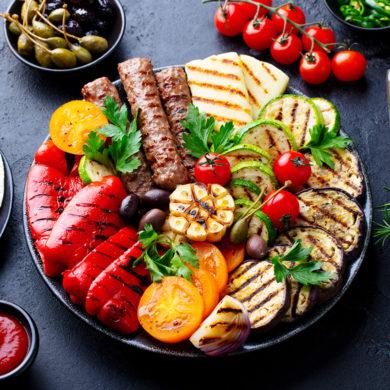 Es muss nicht immer Fleisch auf den Grillrost. Mit Halloumi kommt ein Käse zum Einsatz, dessen Konsistenz und Aromatik perfekt zu einem Grillabend passen.