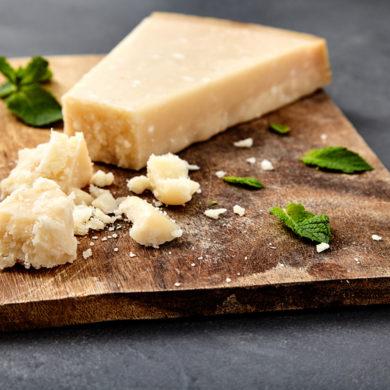 Es heißt, der traditionelle Käse-Klassiker würde in Italien schon seit wenigstens 800 Jahren auf genau die gleiche Weise produziert wie heute.