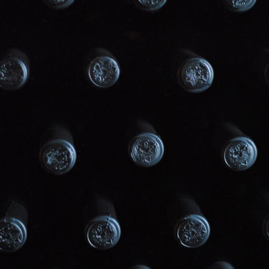 Jede zweite Flasche Wein in Deutschland wird im Discounter verkauft. Ist der Preis ein gutes Kriterium für Qualität? Und lohnt sich das Umschauen beim Spezialisten?
