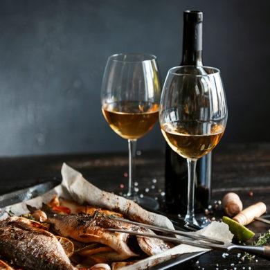 Wer glaubt, dass ausschließlich Weißwein der ideale Begleiter zu Fisch ist, wird eines Besseren belehrt. Manche Fischgerichte harmonieren bestens mit roten Tropfen.
