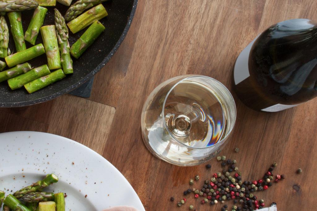 Empfehlenswert sind zu Salat aus Spargel frische Roséweine und Weißweine aus der Burgunderfamilie wie Chardonnay, Grauburgunder (Pinot Grigio, Pinot Gris) und Weißburgunder (Pinot Blanc, Pinot Bianco).