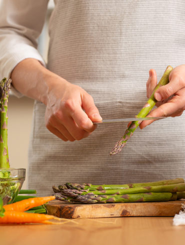 Mitten im Frühling bereichert der Spargel in seiner hellen und grünen Form den Speiseplan vieler Menschen.