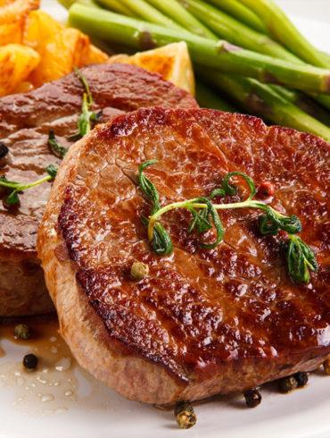 Grüner Spargel mit Rinderfilet und würzigen Kartoffeln | Silkes Weinkeller