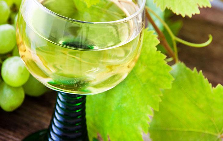 Mit Weißwein gefülltes Weinglas aus Franken, Römer genannt | Silkes Weinkeller