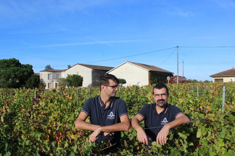 Jérémy und Jonathan Ducourt von Vignoble Ducourt inmitten von Weinreben | Silkes Weinkeller