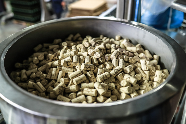 Behälter mit Weinkorken von Vignoble Ducourt | Silkes Weinkeller
