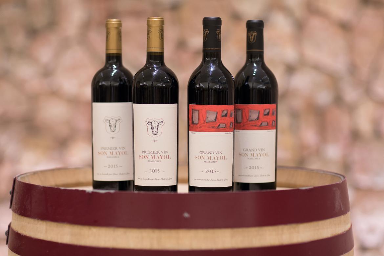 Flaschen mit Premier Vin und Grand Vin von Bodega Son Mayol   Silkes Weinkeller