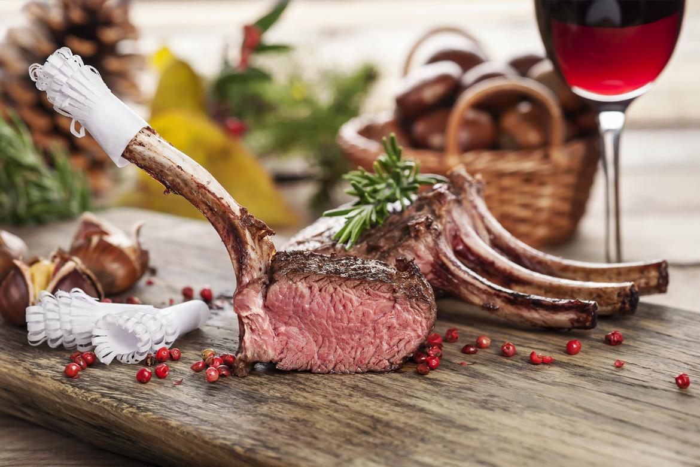 Frisch gebratenes Fleisch auf einem Servierbrett   Silkes Weinkeller
