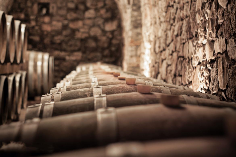 Reihe Weinfässer in einem Weinkeller   Silkes Weinkeller