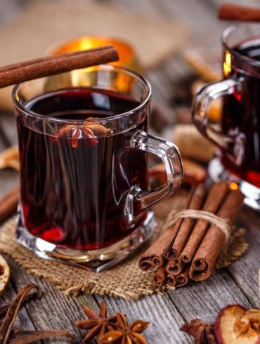 Rotwein Glühwein Gläser und Zutaten auf Tisch